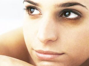 Cual es la causa de los circulos oscuros bajo los ojos y como eliminarlos